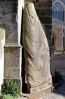 A l'ombre de la Cathédrale Saint-Julien du Mans dans EGLISES DE FRANCE 220px-Le_Mans_-_Menhir_SJ_02
