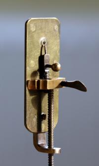 Microscopio simple de Leeuwenhoek. la muestra se colocaba en la punta del tornillo, en frente de la única lente, de la que destaca la pequeñez de su diámetro.