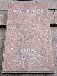Grabplatte mit der Aufschrift 'Walter Heise - 8.9.1899 - 8.2.1945'