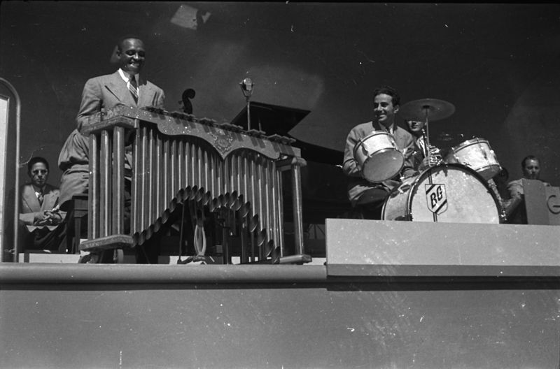 File:Lionel and Gene, ca 1939.jpg