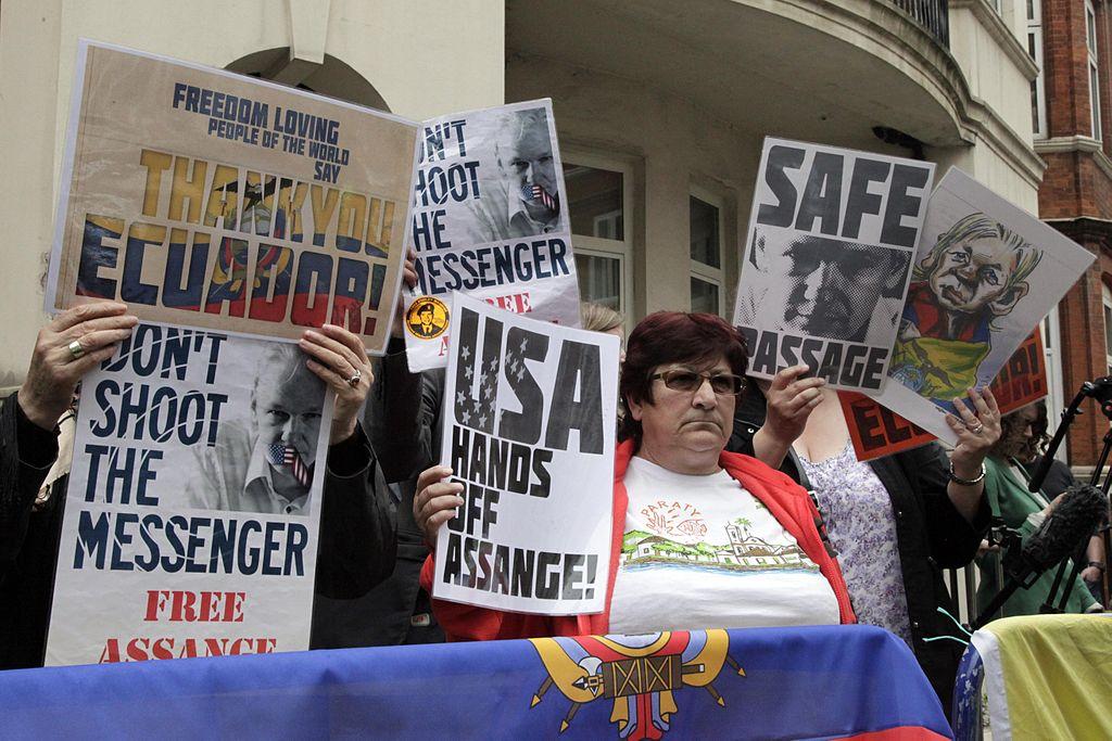 Londres, Reunión con Julian Assange (9504681024).jpg