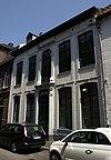 foto van Huis met brede lijstgevel, in Lodewijk XVI-stijl.