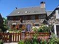 Maison fleurie à Saint Hippolyte, Cantal.jpg