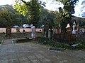 Malostranský hřbitov, u kostela, směrem k Duškově ulici.jpg