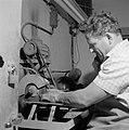 Man bezig met het slijpen van Eilatsteen in een bedrijf waar deze steen wordt be, Bestanddeelnr 255-3618.jpg