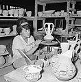 Meisje beschildert siervazen in een keramiekfabriek te Bersjeba, Bestanddeelnr 255-4354.jpg