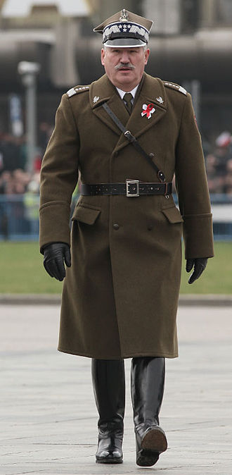 Sam Browne belt - Polish chief of staff Gen. Mieczysław Cieniuch wearing a Sam Browne belt as part of the winter officer's uniform