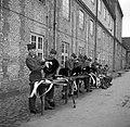 Militairen in de kazerne bezig met onderhoud van hun uitrusting na de aubade ter, Bestanddeelnr 252-8727.jpg