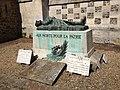 Monument aux morts - gisant Fontaine-la-Sorêt.JPG