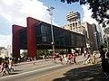 Museu de Arte de São Paulo - MASP, vista exterior com Avenida Paulista no feriado ao centro.jpg