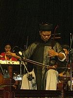 Un artista vietnamita suona il ?àn nh?