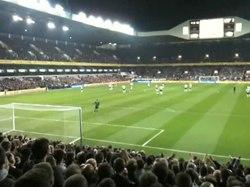 Tottenhamin kannattajia Pohjois-Lontoon derbyssä Arsenalia vastaan huhtikuussa 2010. Kannattajat laulavat pilkkalaulua Sol Campbellista, joka oli siirtynyt Tottenhamista Arsenaliin vuonna 2001.