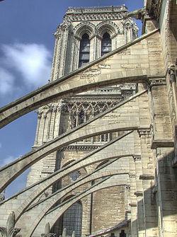 Les arcs-boutants de la nef auront bientôt huit siècles d'âge. Ils datent des environs de l'an 1230.