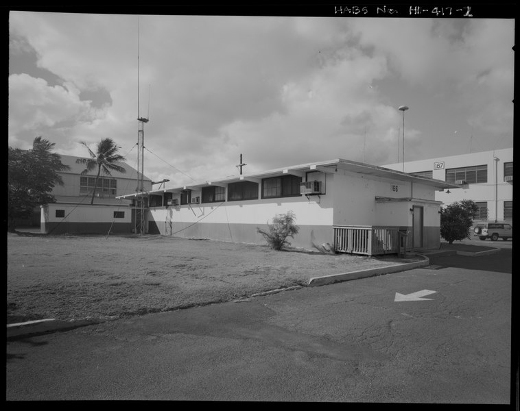 File:OBLIQUE VIEW OF NORTHEAST SIDE AND NORTHWEST END, SHOWING THE WOOD-FRAMED WING (IN BACKGROUND) AND THE PROJECTING ENTRY FOYER. - U.S. Naval Base, Pearl Harbor, First Aid and HABS HI-417-2.tif