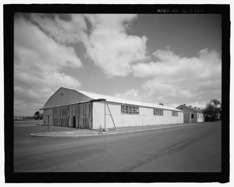 File:Oblique view of south end and west side from Wasp Boulevard, with Facility No. S168 oh right - U.S. Naval Base, Pearl Harbor, United States All-Steel Hangar, Wasp Boulevard between HABS HI-399-1.tif