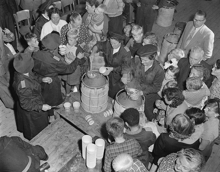 File:Oefening BB Bescherming Bevolking te Arnhem, massale voedseluitdeling, Bestanddeelnr 907-3388.jpg