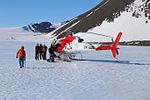 Ohne Helikopter wären die Feldarbeiten in den entlegenen Gebieten im Inneren von Victorialand nicht möglich gewesen (24327852093).jpg