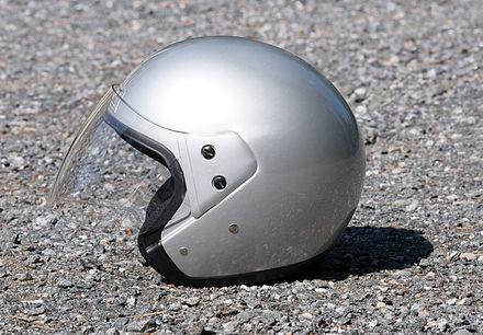フェイスシールドが取り付けられたオープンフェイスヘルメット