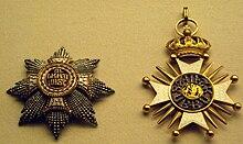 Deux médaillons ornés d'étoiles.  L'un est fortement incrusté d'or sculpté et de petites perles d'or;  l'autre a de l'or sculpté, avec un joyau central.