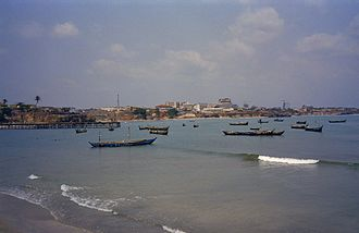 Licensed and Commercial fishing vessels off the coast of Accra. Overzicht baai met boten in de zee - Accra - 20375372 - RCE.jpg