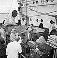 Passagiers, waaronder Willem van de Poll, controleren aan boord van de Nestor in, Bestanddeelnr 252-1688.jpg
