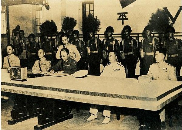 Japans företrädare undertecknar fredsavtalet