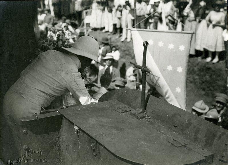 סמואל מנופף לברכה לקהל בתל-אביב מןקטר הרכבת