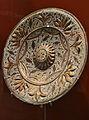 Plat amb tetó i fulles en relleu, pisa de reflex daurat. Museu de Ceràmica de València.JPG