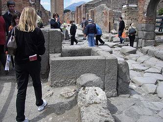 Pompeii fountain 3.jpg
