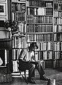 Portrett av forfatter Thorbjørn Egner i sitt bibliotek, sommeren 1947.jpg