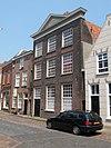 foto van Mooi hoog woonhuis met empire gevel: houten fronton en kroonlijst met tand- en sierlijst