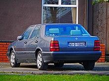 Vista posteriore di una Lancia Thema III Serie 2.0 Turbo 16V del 1993, notare l'assenza delle scalfatura sul baule posteriore