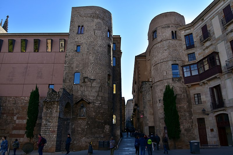 File:Roman wall, gate, and towers, Barcelona, 1st-4th cents. CE (3) (31127374052).jpg
