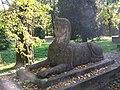 Rzeźba sfinksa przez zamkiem w Pilicy.jpg