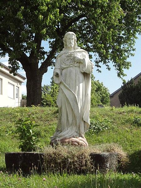 Sarraltroff (Moselle) statue Sacré-Coeur