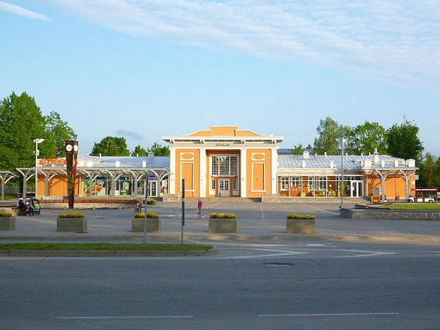 https://upload.wikimedia.org/wikipedia/commons/thumb/d/de/Sigulda_railway_station_2.JPG/640px-Sigulda_railway_station_2.JPG