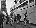 Sint Nicolaas en Zwarte Piet brengen een bezoek aan het emigrantenschip Groote B, Bestanddeelnr 906-8723.jpg