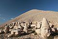 Sochy bohů na vrcholu Nemrut Dağı - panoramio.jpg