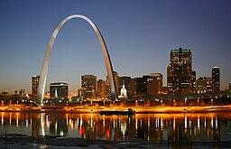 Dele af Saint Louis med Gateway Arch.   Arkitekt Eero Saarinen
