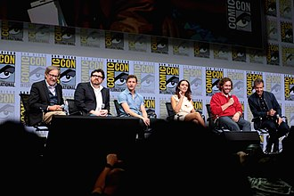 Ready Player One (film) - Director Steven Spielberg (far left) and Ernest Cline with the cast of Ready Player One at San Diego Comic-Con. From 3rd of left: Tye Sheridan, Olivia Cooke, T.J. Miller and Ben Mendelsohn