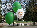 Tartu sügisjooksu ja autovaba päeva reklaamiga õhupallid Vabaduse puiesteel Tartu linna tervisepäeval, 22. september 2012.jpg