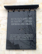 Placa memorial para as vítimas do massacre de Tbilisi em 1956