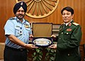 The Chief of the Air Staff, Air Chief Marshal B.S. Dhanoa presenting IAF memento to the Chief of General Department of Political Affairs, Vietnam People's Army, Senior Lt. Gen. Luong Cuong, in New Delhi on November 14, 2017.jpg