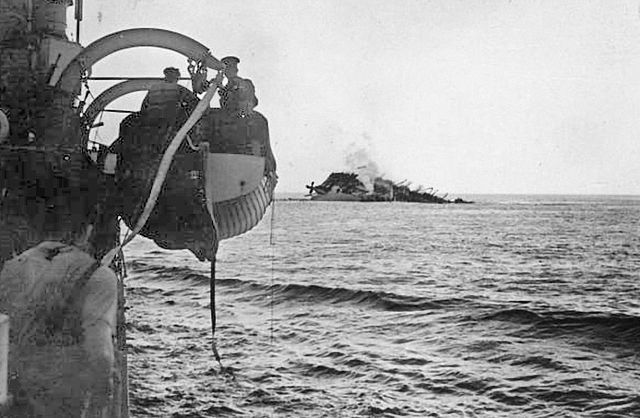 Case Yellow, Case Red and Sealion - Page 2 640px-The_Sinking_of_the_Cunard_Liner_Ss_Lancastria_Off_St_Nazaire_HU3325