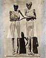 Twee mummies in het museum van Madrid die op last van de aartsbisschop een rokje aanmoesten.jpg