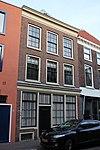 foto van Pand met lijstgevel, bestaande uit een kelder, twee bouwlagen en een kap loodrecht op de straat