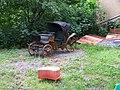 Uhříněves, Na potůčku, kočár na zahradě.jpg