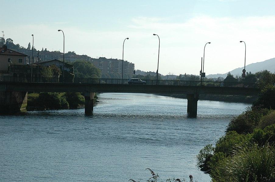 Pont de Béhobie sur la Bidassoa pour la D810. Vue vers l'aval. L'Espagne est à gauche (dont les grands immeubles derrière le pont), la France à droite. La partie de cours d'eau visible ici correspond à peu près aux 90 mètres linéaires pendant lesquels la rivière sert de limite de commune à Urrugne. Derrière nous la berge est celle de Biriatou, et 70 m en aval du pont commence la commune d'Hendaye. Ce quartier d'Urrugne est le quartier Béhobie.