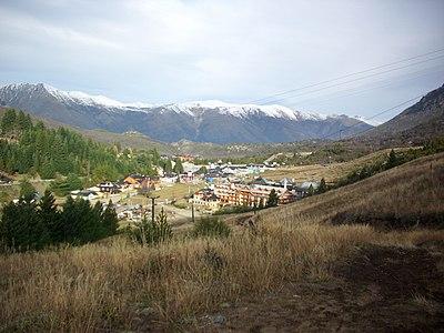 Vista del complejo ubicado en la base del Cerro Catedral.jpg