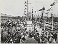 Vlaggetjesdag in de Vissershaven, ziende naar het zuidoosten langs de Halkade. Op de voorgrond achter de microfoon in lichte regenjas staat de toenmalig minister van Landbouw, Visserij en Vo, NL-HlmNHA 1478 6339.JPG